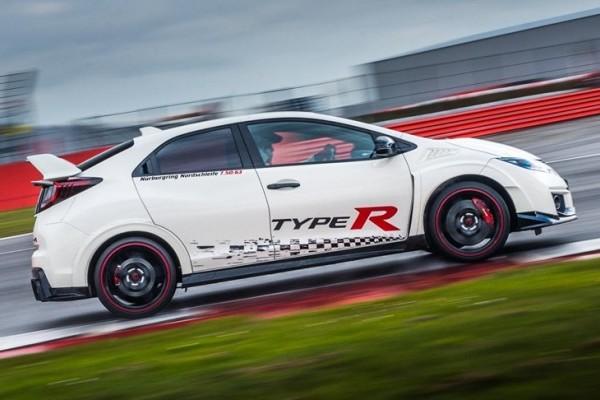 73935_Honda_Civic_Type_R_sets_new_benchmark_time_at_Silverstone_with_Honda_BTCC-3-740x400