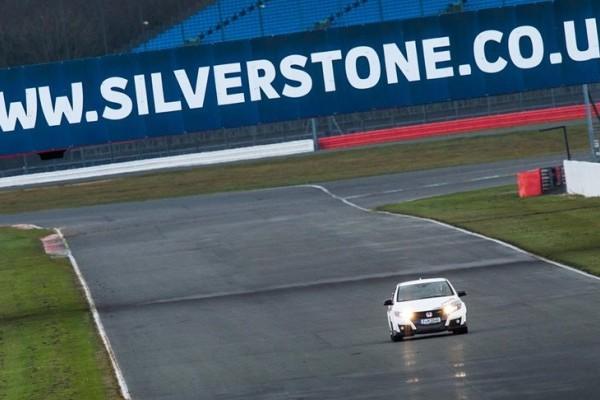 73937_Honda_Civic_Type_R_sets_new_benchmark_time_at_Silverstone_with_Honda_BTCC-740x400
