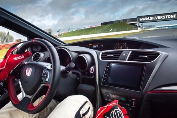 73938_Honda_Civic_Type_R_sets_new_benchmark_time_at_Silverstone_with_Honda_BTCC-740x400