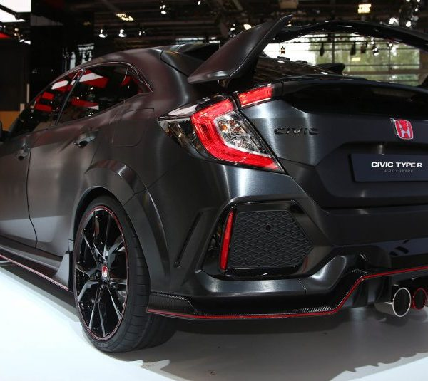 2017-honda-civic-type-r-110-876x535